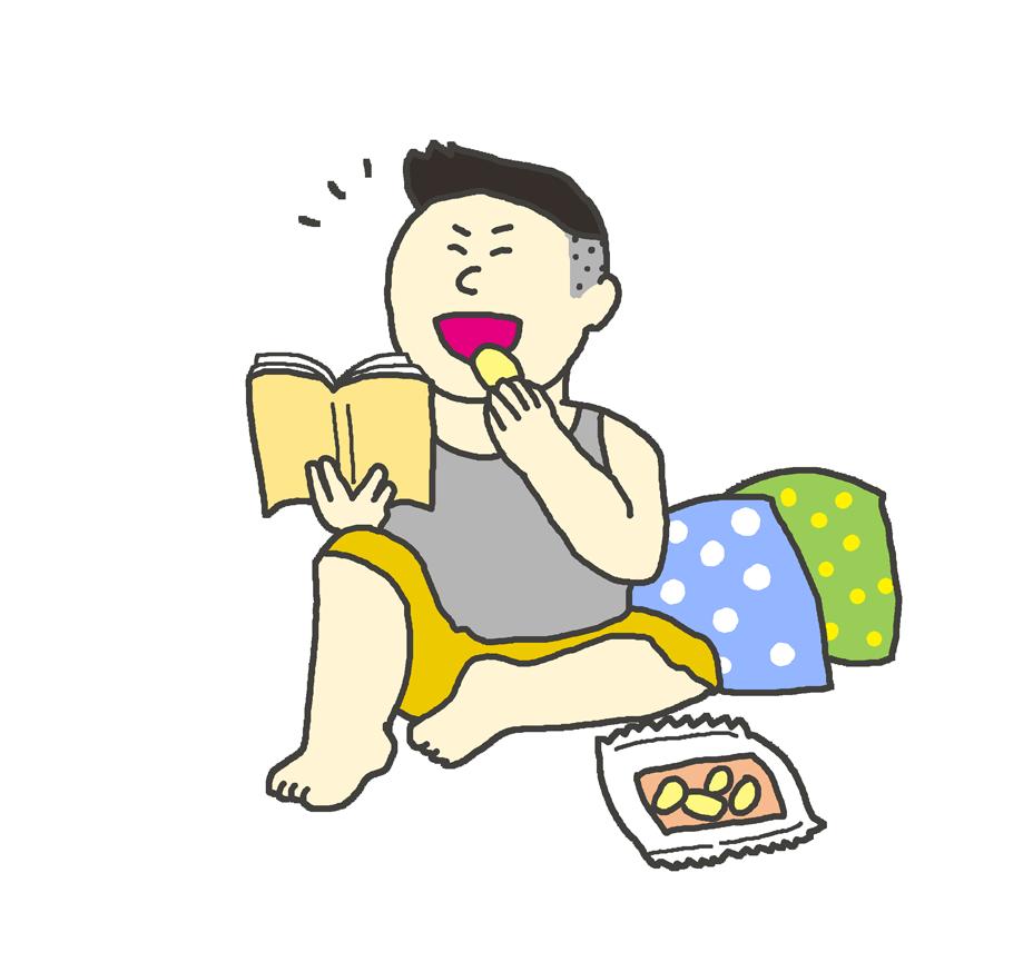 マンガを読みながらお菓子を食べている男性