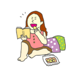 マンガを読みながらお菓子を食べている女性